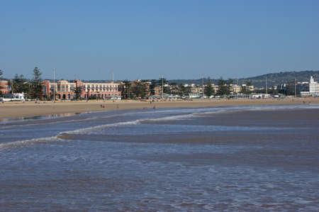 windy city: La playa en Essaouira que es una ciudad tur�stica y con viento en la regi�n occidental de Marruecos en la costa atl�ntica. Foto de archivo