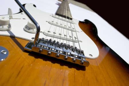 tremolo: chitarra elettrica su uno sfondo bianco Archivio Fotografico