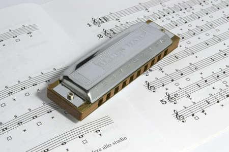 blues harp on an open stave Archivio Fotografico