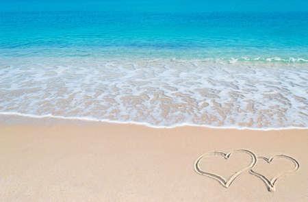 sardaigne: eau turquoise et du sable dor� de la Sardaigne avec deux coeurs dessin�s dans le sable Banque d'images