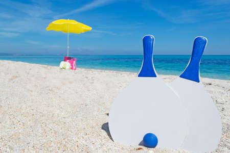 witte strand rackets vast in het zand Stockfoto