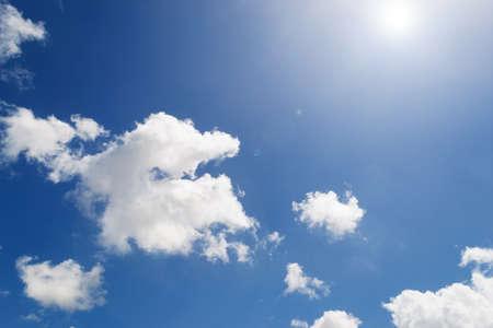 lens flare: flutti bianche e cielo blu con riflesso lente Archivio Fotografico