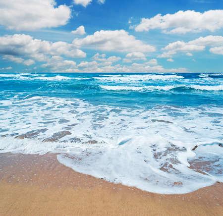 frothy: riva schiumosa e nubi sceniche in Sardegna