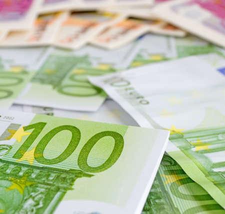 one hundred euro banknote: primer plano de un billete de cien euros