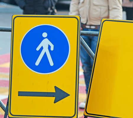 pedestrian sign: stretta di un segno pedonale in strada
