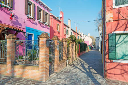 backstreet: backstreet pintorescos de Burano, Italia Foto de archivo
