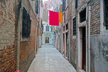backstreet: backstreet veneciana estrecha con l�nea de ropa Foto de archivo