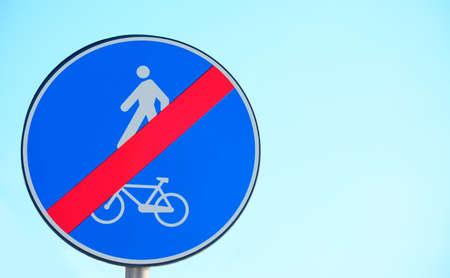 hape: fine di bici e corsia pedonale segno sotto un cielo chiaro Archivio Fotografico