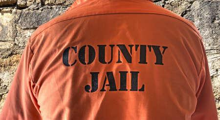 cellule de prison: Gros plan sur un t-shirt de prisonnier