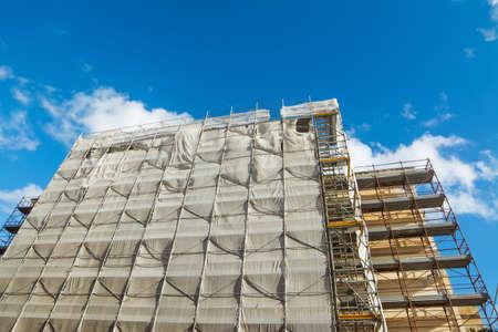 building facade covered for restoration work Banque d'images