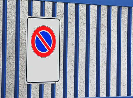 se�al parking: ninguna se�al de aparcamiento con una puerta azul en el fondo