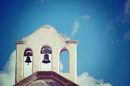 iglesia: close up de campanas de la iglesia en efecto del tono de la vendimia. Foto de archivo