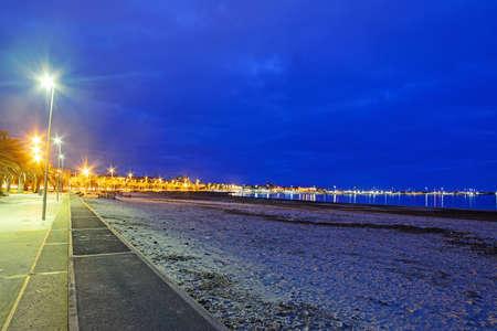 shoreline: Alghero costa en una noche clara Foto de archivo