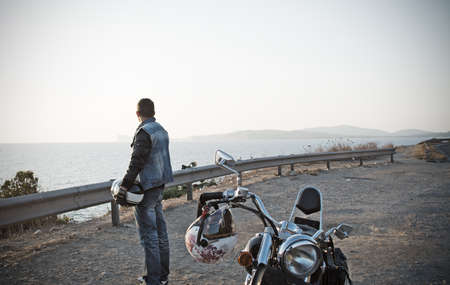 biker and motorcycle by the sea in vintage tone effect 免版税图像