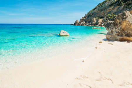 Cala Mariolu shore on a clear day Standard-Bild