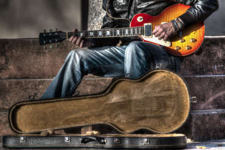 guitar case: guitarrista con una funda de guitarra abierta en hdr