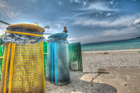 botes de basura: botes de basura de la orilla en hdr efecto mapeo de tonos Foto de archivo