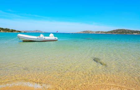 Gummiboot am Ufer in Porto Pollo, Sardinien vor Anker