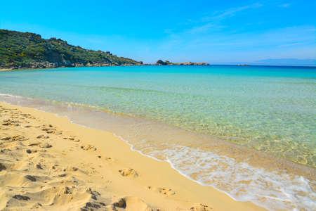 shoreline: Rena Bianca costa en un d�a claro, Cerde�a Foto de archivo