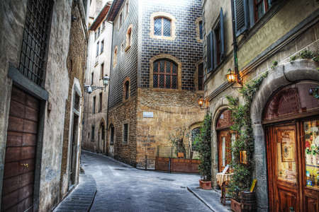romance: красивая узкая улица во Флоренции, Италия
