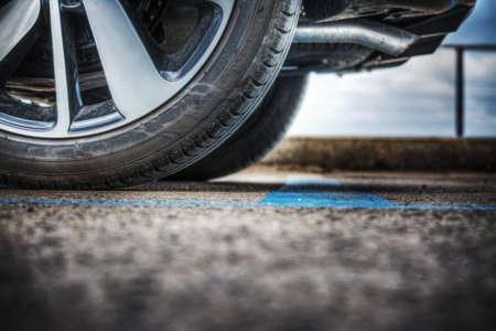 close up van een auto wiel op de grond