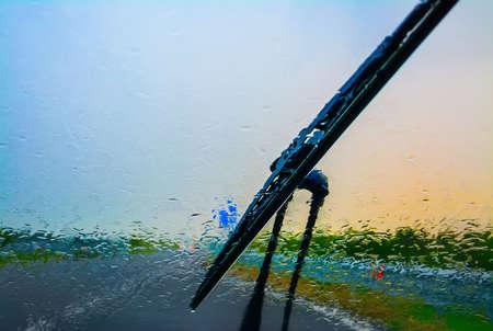 wisser op een natte voorruit bij zonsondergang Stockfoto