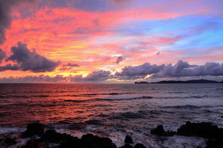 ciel avec nuages: ciel rose avec des nuages ??sur Alghero littoral, Italie