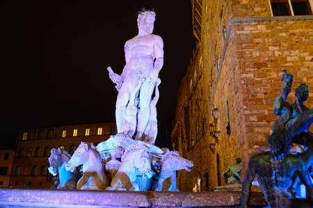 piernas hombre: neptune statue in Piazza della Signoria by night Foto de archivo