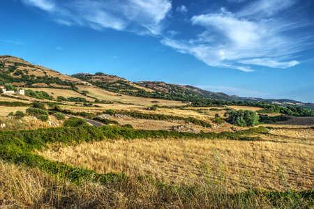 paisaje mediterraneo: cielo azul sobre el paisaje de Cerdeña, Italia