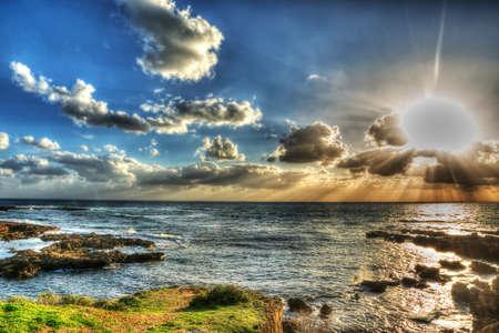 paisaje mediterraneo: brilla el sol sobre la costa de Alghero al atardecer, Cerdeña