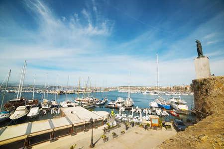 el puerto de Alghero bajo un cielo nublado, Italia Foto de archivo