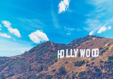 segno di Hollywood sotto un cielo blu con nuvole, California Editoriali