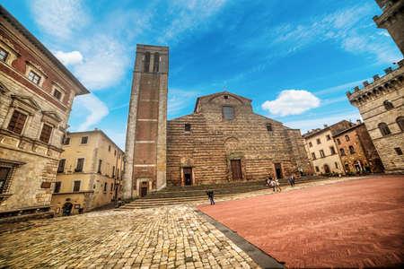 montepulciano: Piazza Grande in Montepulciano, Italy