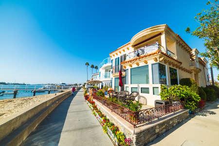 Beautiful houses by the sea in Balboa Island, California 스톡 콘텐츠