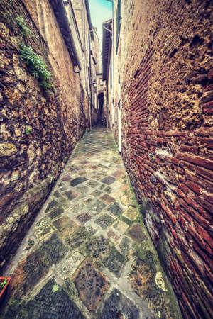 montepulciano: Narrow backstreet in Montepulciano, Italy