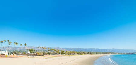 Blue sky over Santa Barbara shoreline, California Banque d'images