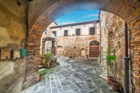 san quirico: Rustic arch in Tuscany, Italy