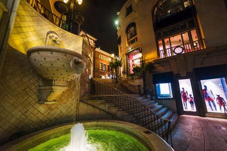 ロデオドライブ、ビバリーヒルズのエレガントな噴水。米国カリフォルニア州