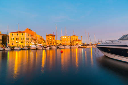 La Maddalena-haven bij zonsondergang. Sardinië, Italië