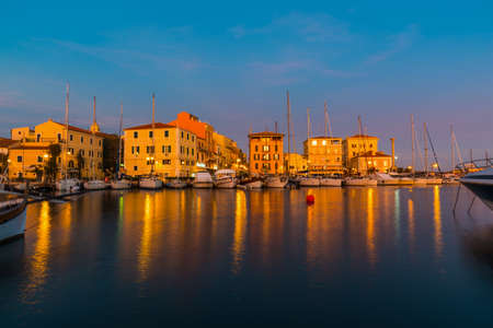 De haven van La Maddalena bij zonsondergang, Sardinië