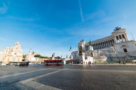 Traffic in Venice square with Altar of the Fatherland on the background in Rome, Italy 版權商用圖片