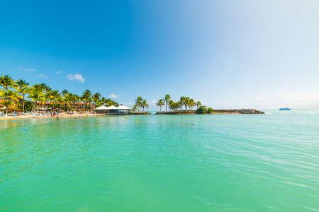 Rivage coloré de Bas du Fort en Guadeloupe, Antilles françaises. Petites Antilles, mer des Caraïbes Banque d'images