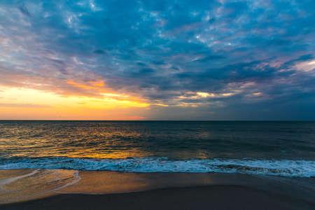 Donkere wolken boven de zee in Napels bij zonsondergang. Florida, VS