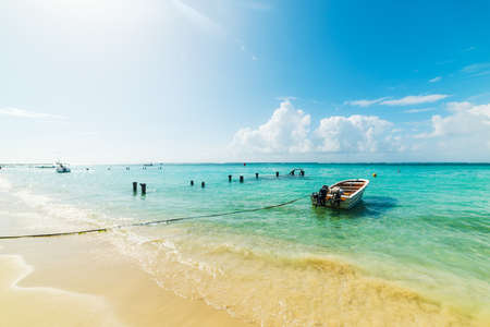 Petit bateau en bois amarré dans la belle plage de Sainte Anne en Guadeloupe, Antilles françaises. Petites Antilles, mer des Caraïbes
