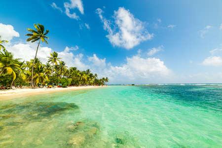 Eau turquoise sur la plage de la Caravelle en Guadeloupe, Antilles françaises. Petites Antilles, mer des Caraïbes Banque d'images