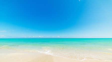 Blauer Himmel und türkisfarbenes Wasser am Ufer von Miami Beach. Südflorida, USA