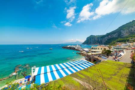 Turquoise water in Capri island coastline, Italy Imagens