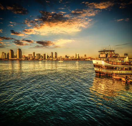 Ferry boat in San Diego at sunset, California 版權商用圖片 - 134865980
