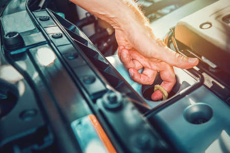 Close up of a man checking engine oil dipstick of a modern car Stockfoto