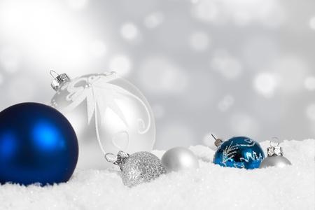 Zilver en blauw ornament van Kerstmis weergave in de sneeuw